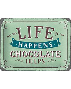Metallplaat 15x20cm / Life happens... Chocolate helps